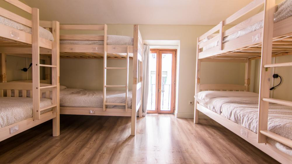 6 beds dorm with shared bathroom